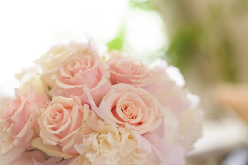 булчински букет в бледорозово с божури и рози