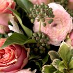 булчински букет от розови рози и ранункулус