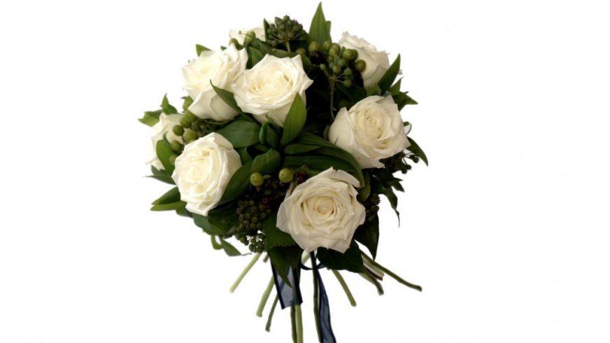 булчински букет с бели рози и сезонна зеленина