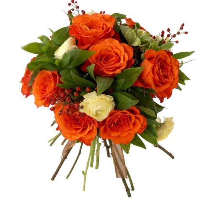 булчински букет с рози, ранункулус и сезонна зеленина