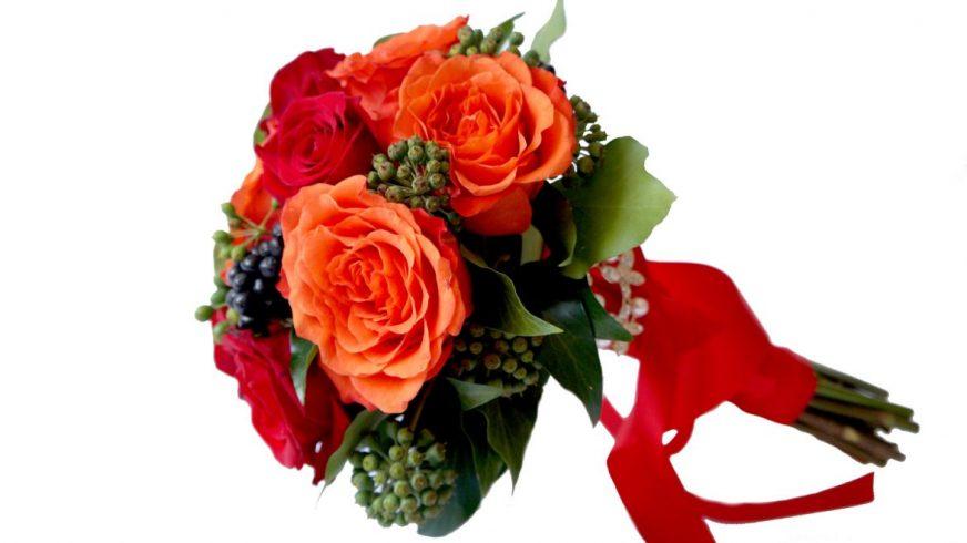 булчински букет с червени рози, сезонна зеленина и сатенена панделка
