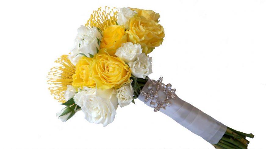 булчински букет от бели и жълти рози и протеи