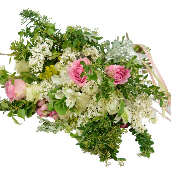 булчински букет с бели и розовш розш