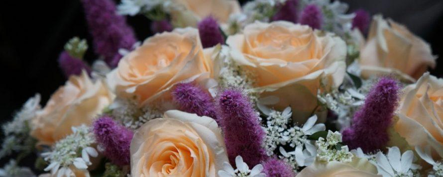 булчински букет в прасковено и лилаво