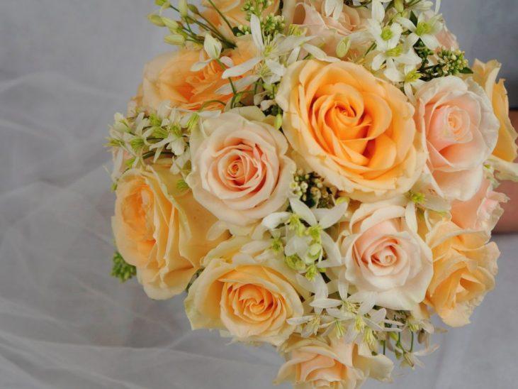 булчински букет с рози в укрю и праскова