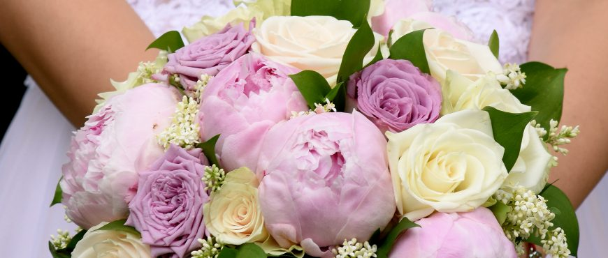 булчински букет в лилави божури