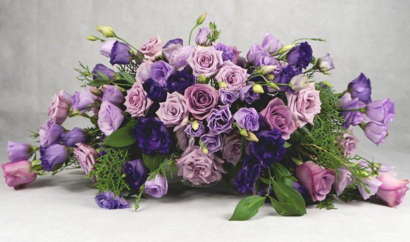 аранжимент с лилави и виолетови рози и лизиантус