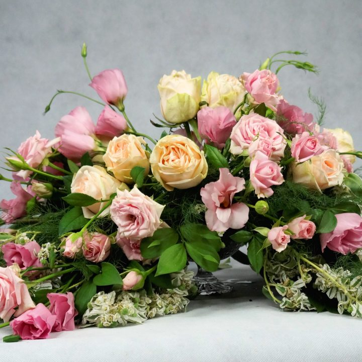украса на масата на младоженците в розово и кремаво