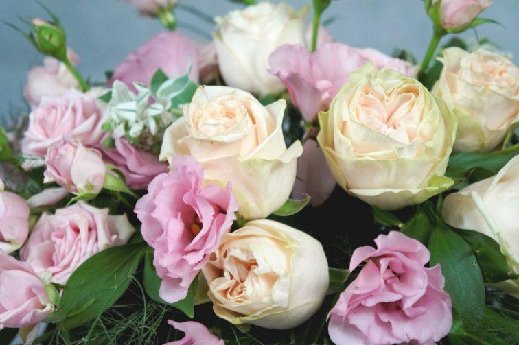 украса на сватба в розово и кремаво