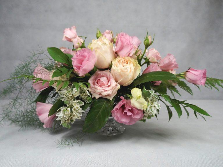 аранжимент от рози за украса на маса