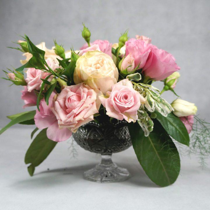 малък аранжимент от рози в кремаво и бледо розово
