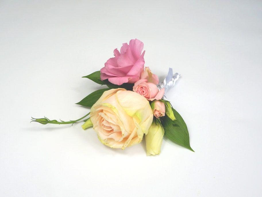 бутониера с кремави и розови рози