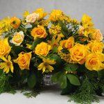 аранжировка с жълти рози и зеленина