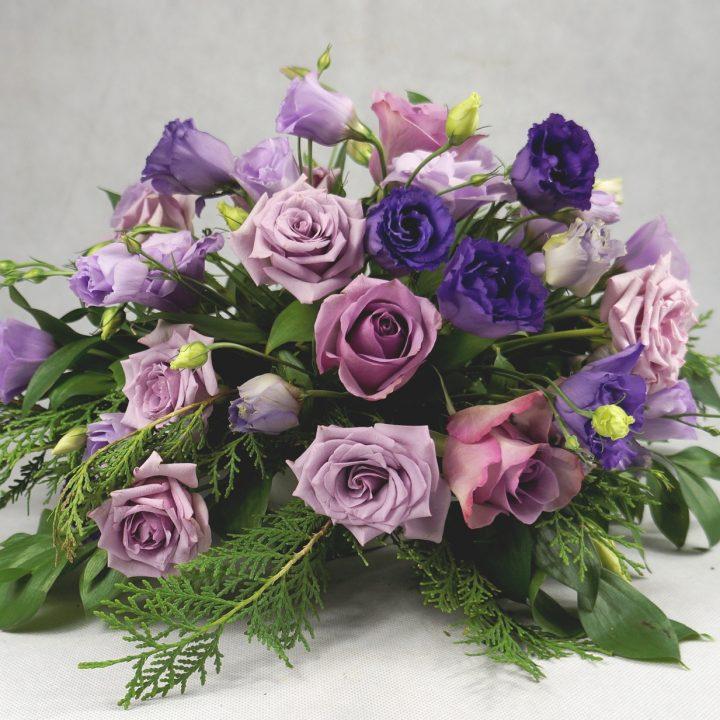 аранжировка с лилави цветя