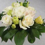 аранжимент за украса на маса с бели рози