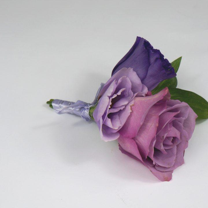 бутониера с лилави цветя