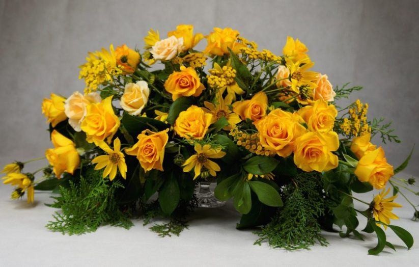 украса на масата на младоженците в жълто