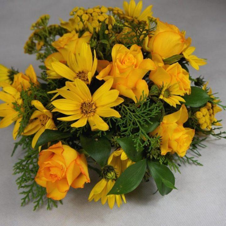 аранжимент с жълти рози