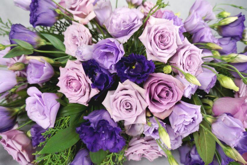 лилави рози и лизиантус за украса на сватба