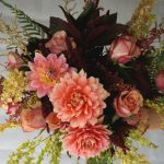 букет за булка с далии и рози