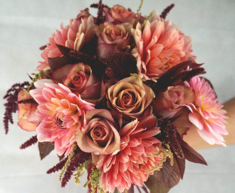 булчински букет с рози и далии