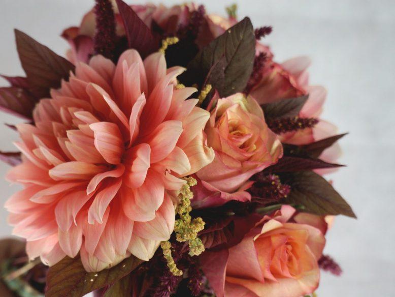 букет с далии и рози