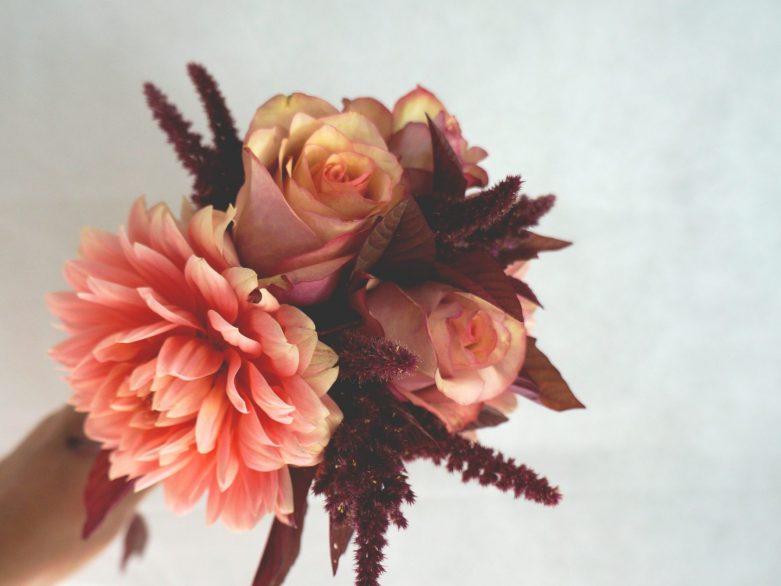 букет за шаферка с рози и далии