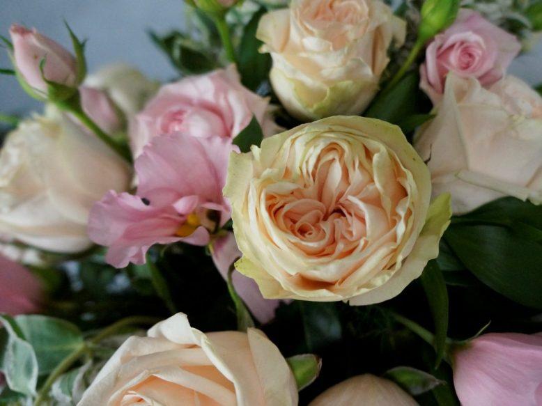 рози за украса на сватбата