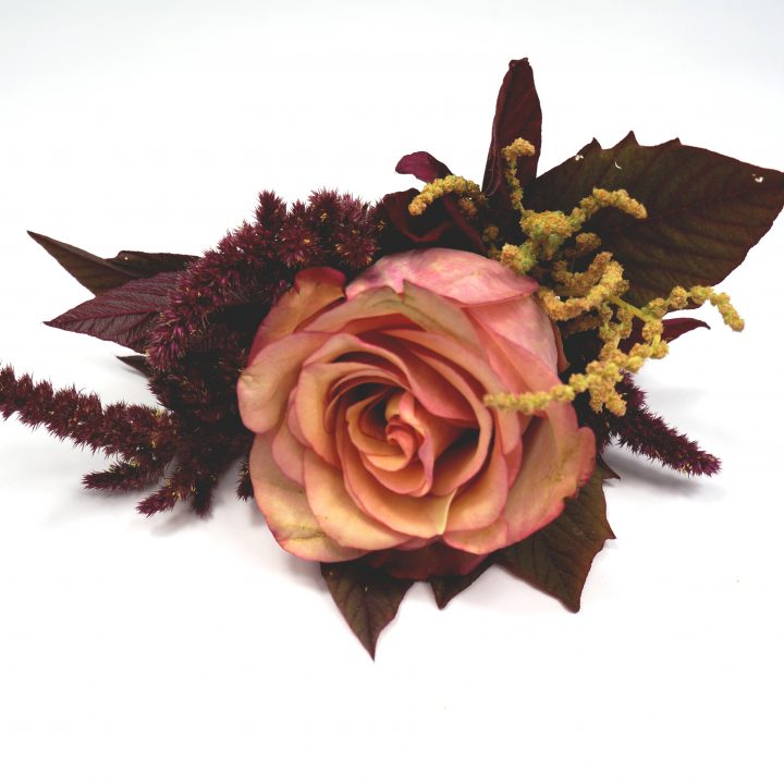 бутониера с единична роза в пастелни тонове