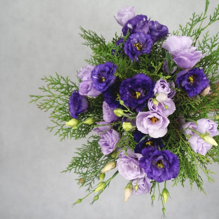 булчински букет в лилаво с лизиантус