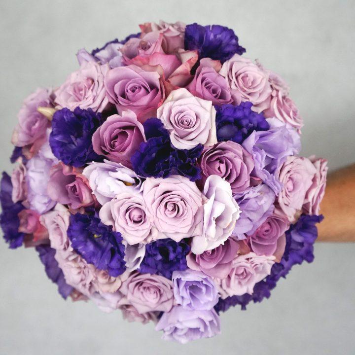 кръгъл булчински букет в лилаво