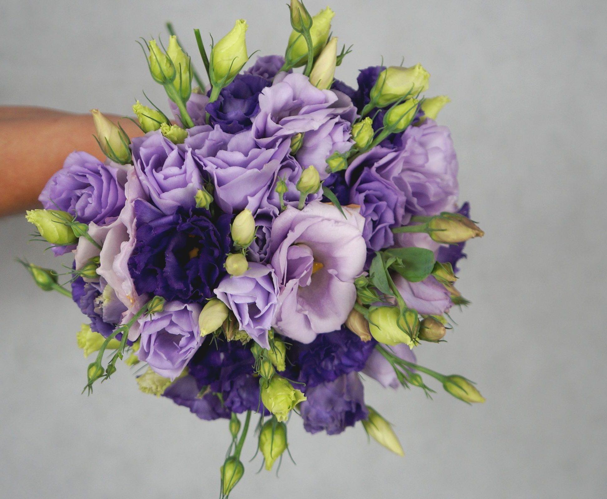 малък булчински букет в лилаво и виолетово