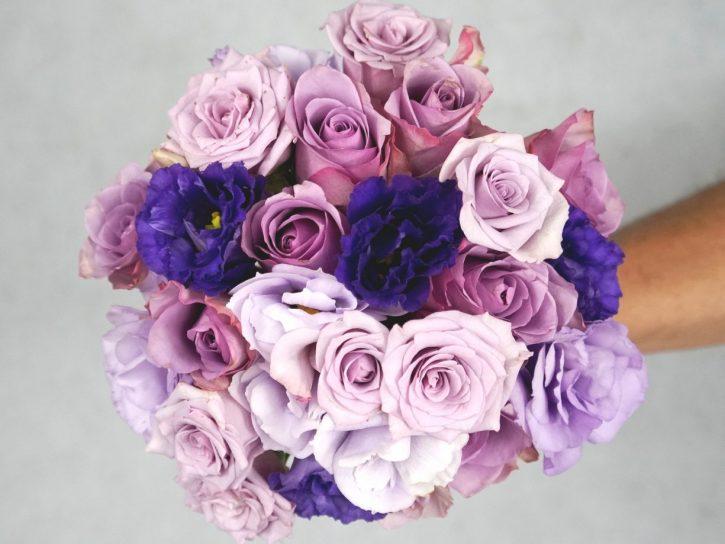 булчински букет с лилави рози