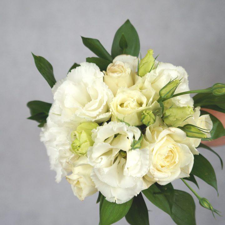 булчински букет с бели рози и лизиантус