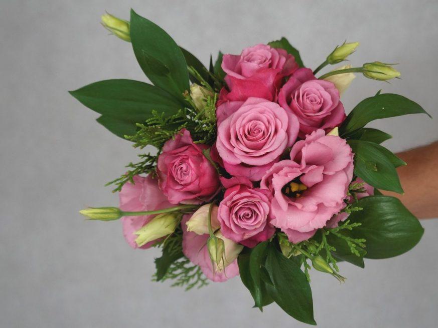 букет за шаферки с розови рози и лизиантус