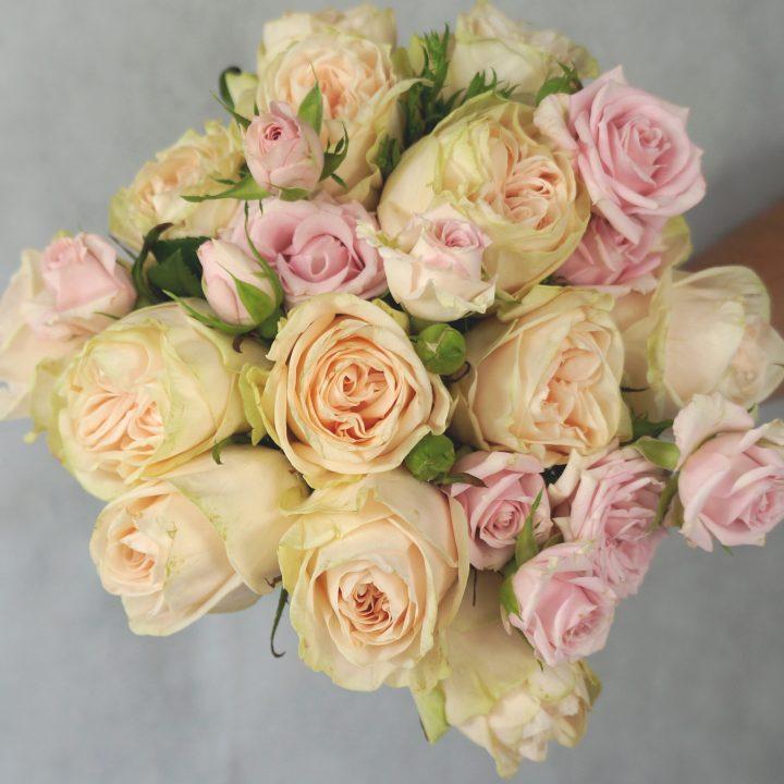 кръгъл булчински букет с рози в блъш